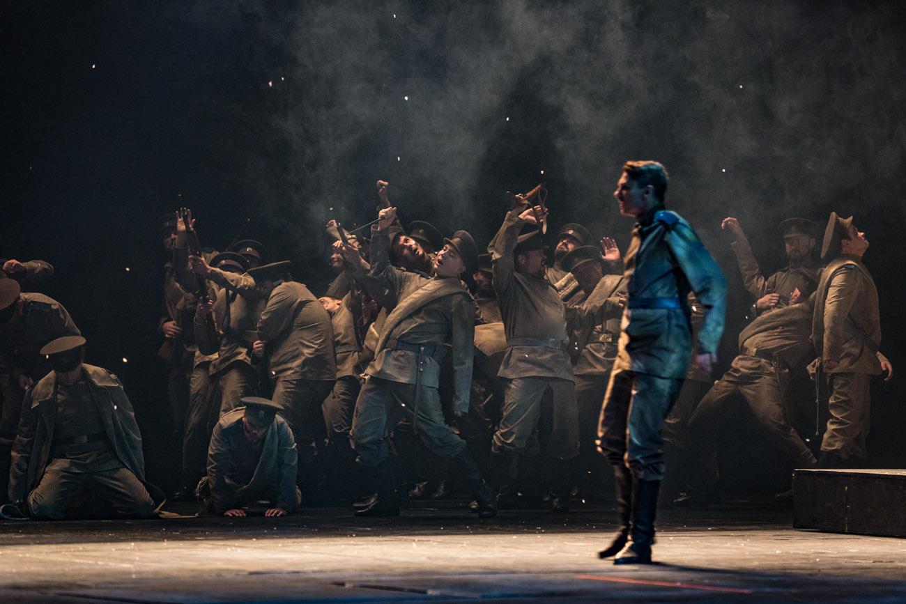 Na scenie kilkanastu mężczyzn w mundurach. Większość słania się