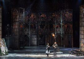 Scena pokazuje uliczkę nocą. Dookoła duże witryny, w nich światło. Po lewej stonie stoisko z gazetami. Po prawej kilkanaście krzeseł stojących blisko siebie, obok oparty o witrynę rower.Na środku sceny kobieta i mężczyzna. Za nimi pochylona, swiecąca latarnia. Scena obsypana sztucznym śniegiem.