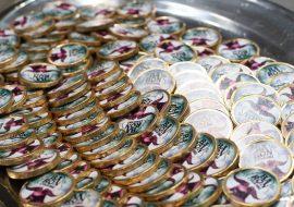 Srebrna taca wypełniona okrągłymi czekoladkami z napisem ''Baron cygański''.