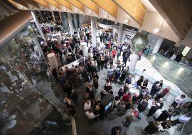 Górne foyer Opery i Filharmonii Podlaskiej wypełnione gośćmi, którzy przybyli na premierę spektaklu pt. : ''Baron cygański''.