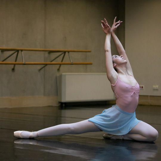Tancerka robi szpagat na sali baletowej